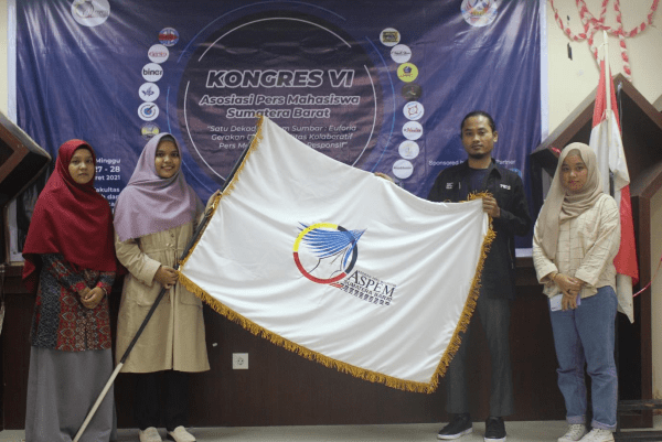Penyerahan bendera Aspem Sumbar oleh Ketum Rona Fitriati Hasanah.